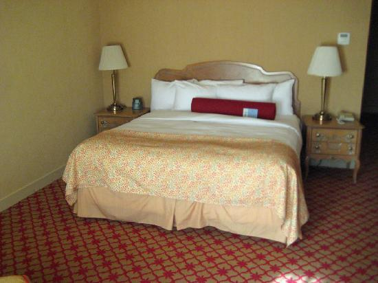 Hilton Pearl River : king size bed