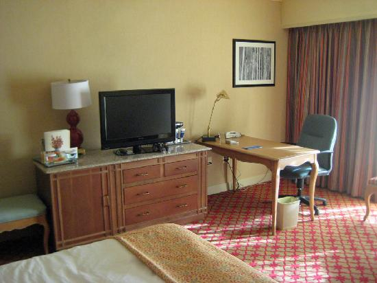 Hilton Pearl River : flat screen tv and desk