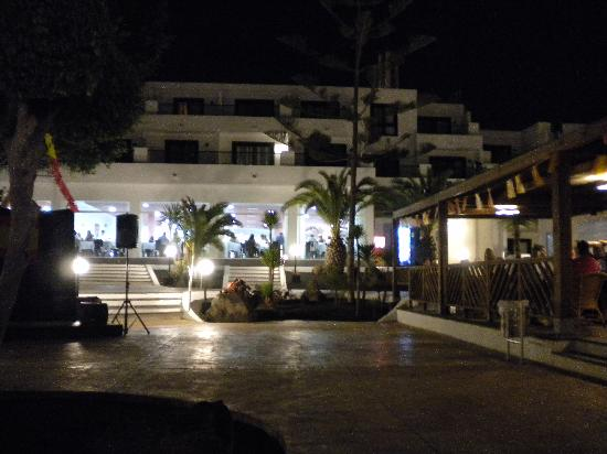 BlueBay Lanzarote: Hotel courtyard with dining room behind