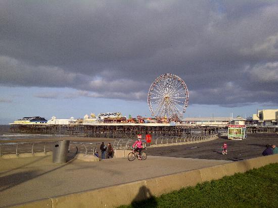 Premier Inn Blackpool (Beach) Hotel: Central pier