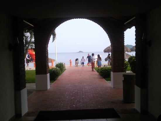 Costa Alegre Hotel and Suites: salida a la playa