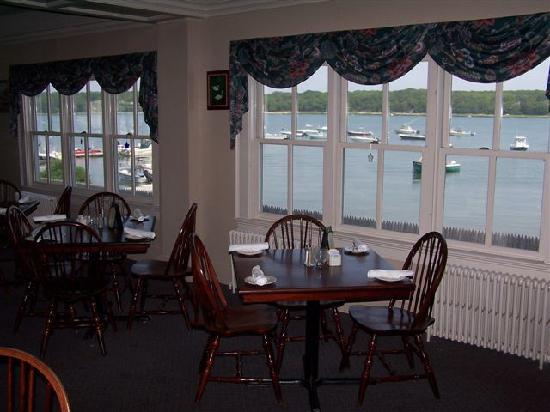 Orleans Waterfront Inn : Dining Room looking onto Nauset Harbor