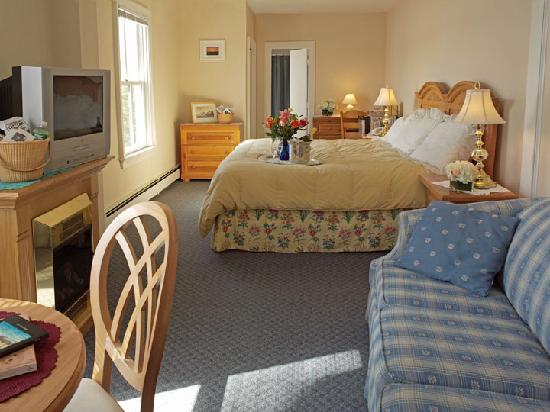 Orleans Waterfront Inn: Waterfront Suite with king size bed and pullout sleeper.