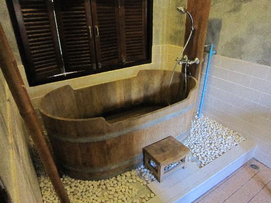 Sunset Cove Resort: Wooden bathtub!
