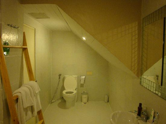 Limburi Hometel: clean & spacious bathroom