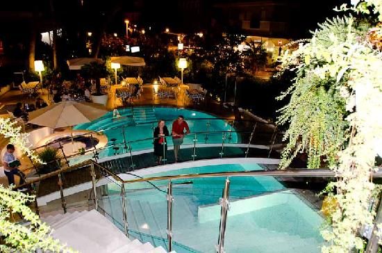 Hotel Belvedere: Around the pool in the evening