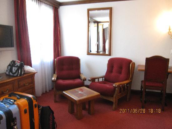 Hotel Rex: 部屋のソファー側