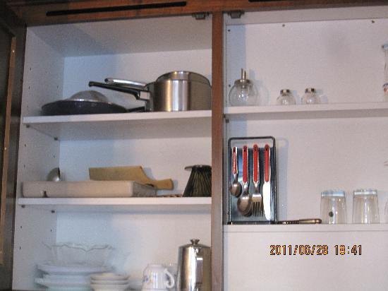 Hotel Rex: キッチンの棚内部