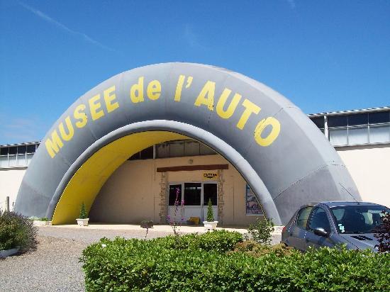 Musee Automobile de Vendee: Entrée du musée (inratable, face à la route)