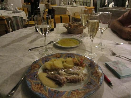 La Menorah : el plato de dorada a la sal buenisímo.