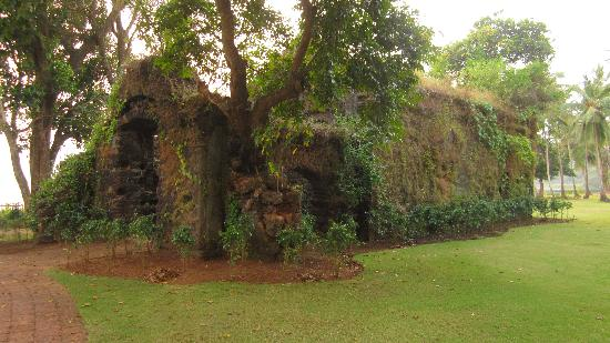 Bambolim, India: Temple ruin on hotel grounds