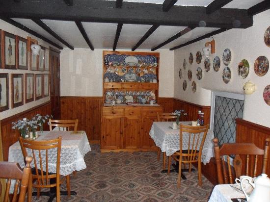 Tewkesbury Cottage: The dining room