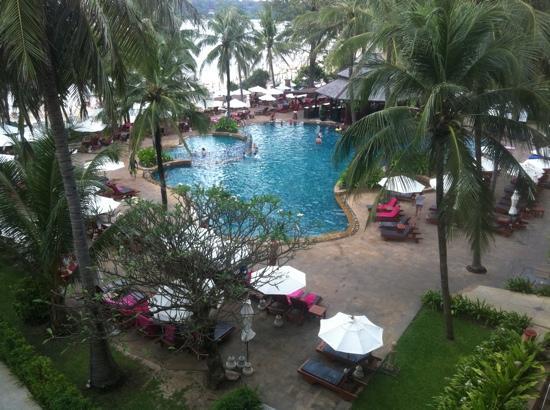 Kata Beach Spa Resort : poolside view