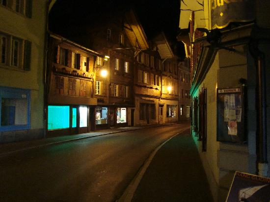The Lazy Falken Hotel & Backpackers: Street at side of the hostel