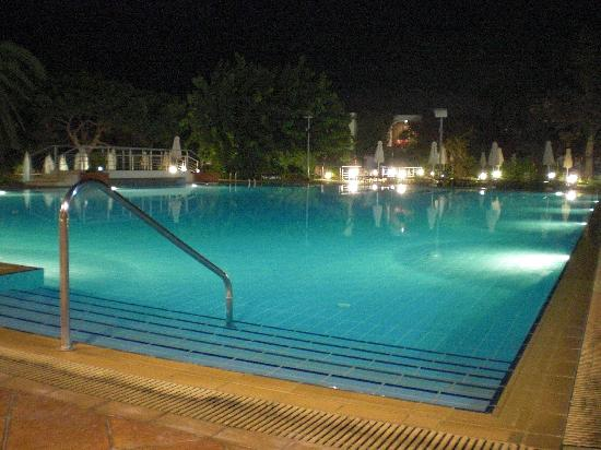 Caravia Beach Hotel: Pool at night