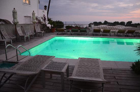 Hotel Canasta: Pool at night