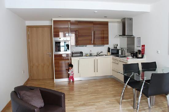 Staycity Aparthotels West End : living room + kitchenette