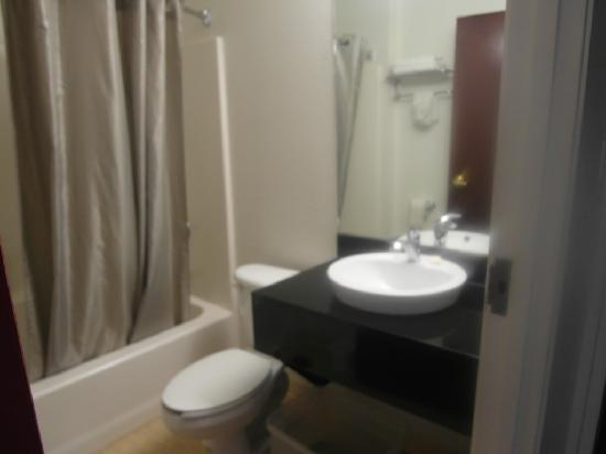 Days Inn Bellemont: The bathroom
