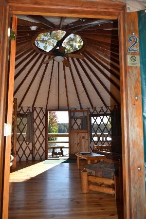 Winder, Georgien: View through the Yurt to the lake