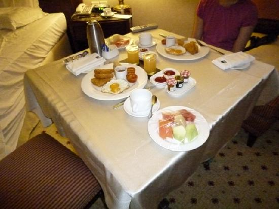 Le Meridien Kota Kinabalu: Early in-room breakfast