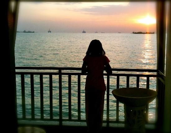 เลซิส พอร์ท ดิคสัน: Sunset view from the seaview water chalet