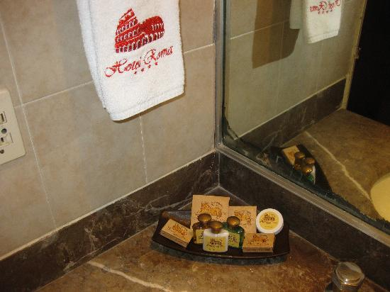 Hotel Roma, Suites & Business Center: Bath amenities