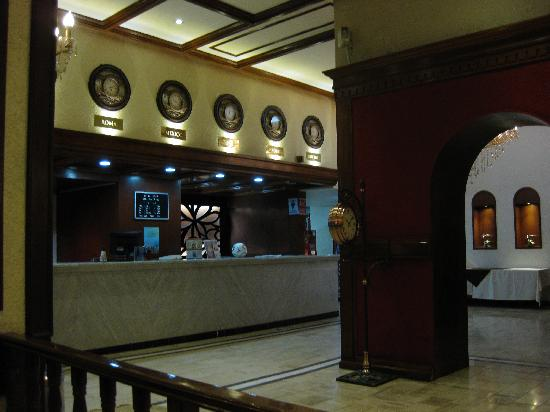 Hotel Roma, Suites & Business Center: Front desk
