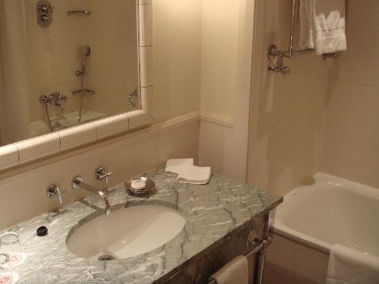 Salle de bain classique - Picture of Hotel Amigo, Brussels ...