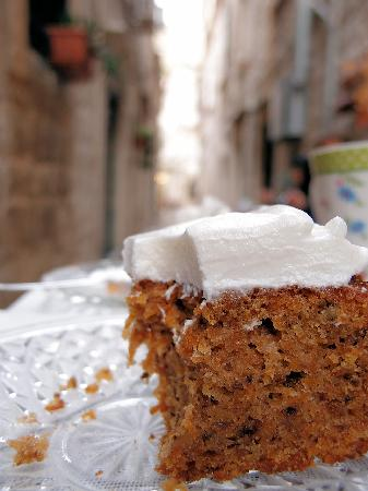 Sugar & Spice: Wild carrot cake in the alleyway