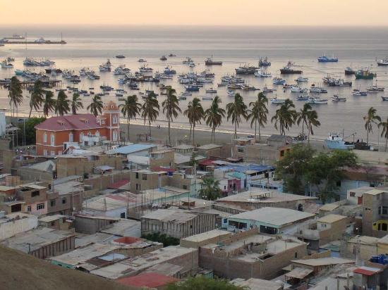 Paita, Peru: Blick auf Hafen und Hotel (rotes Gebäude) vom Mirador aus