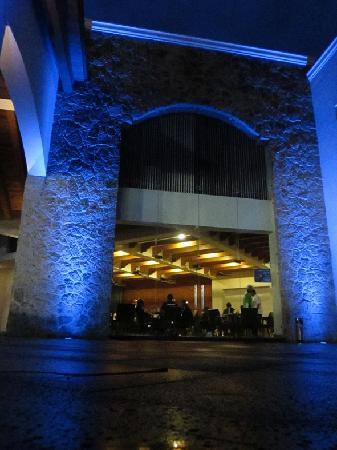Ciudad Guzman, Мексика: Vista exterior nocturna del restaurante.