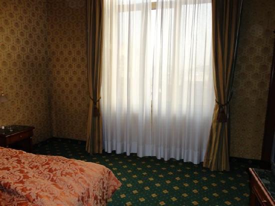 Grand Plaza Hotel: empty corners.. no chairs..