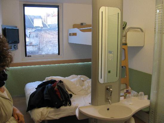 Ibis budget Saint Quentin : il lavello e la doccia a circa 50 cm dal letto.