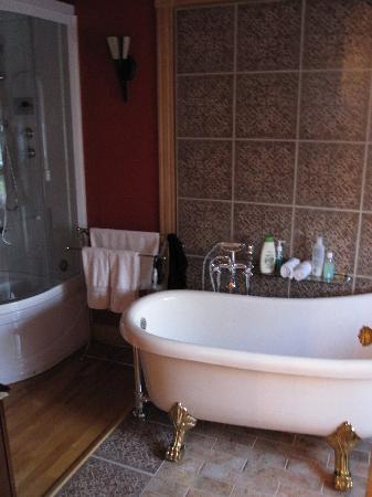 Salle de bain avec douche et baignoire picture of la for Baignoire et douche salle de bain