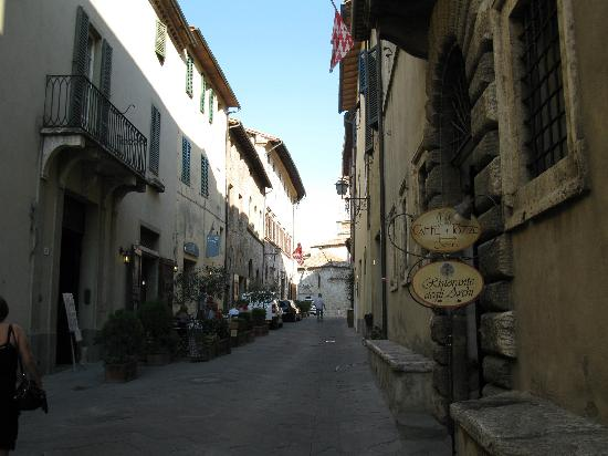 San Quirico d'Orcia, Italy: Main street