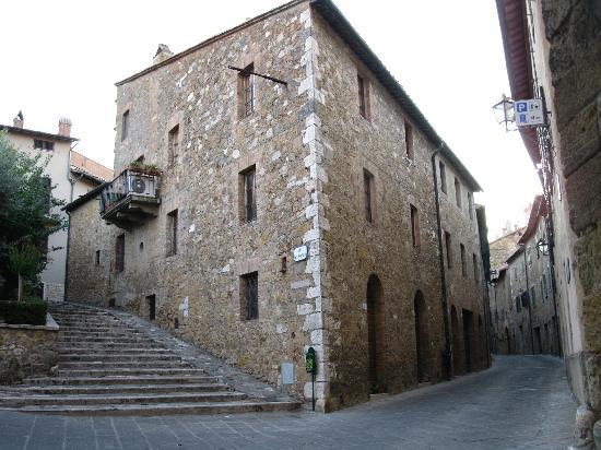 San Quirico d'Orcia, Italy: exploring the alleys