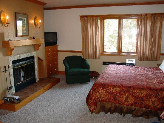 Settlement Courtyard Inn & Lavender Spa: King bed w/ wood fireplace