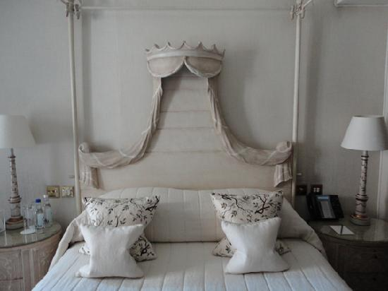 Egerton House Hotel: This was a canopy bed - very comfortable too!