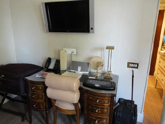 Egerton House Hotel : Desk in room