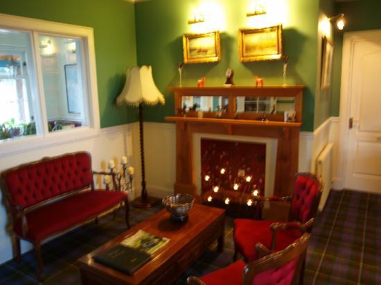 Daviot Lodge: Salon avec Cheminée