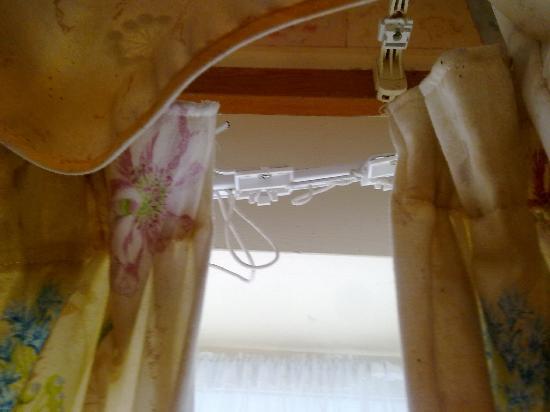 Cwmwythig Farmhouse Bed & Breakfast: broken curtain rail