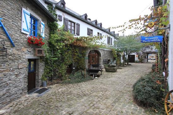 Domaine du Moulin d'Asselborn: Domaine du Moulin  D'Asselborn (courtyard).