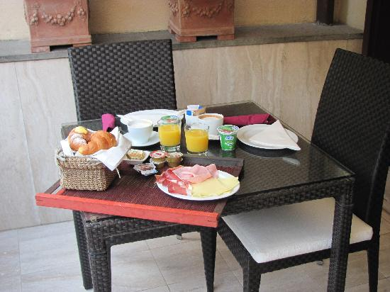 Intown Luxury House : Breakfast on the terrace