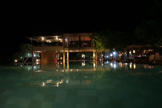 Thilanka Resort and Spa: Night time pool