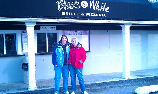 Black & White Restaurant: Great food and great atmosphere!