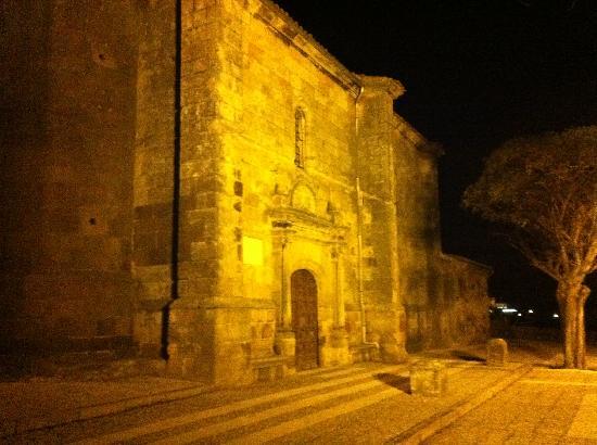 Hotel Puerta Pinares: Iglesia del pueblo