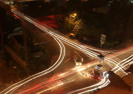 Park Prime Hotel Jaipur: traffic outside at night - not that noisy, but good fun to watch!