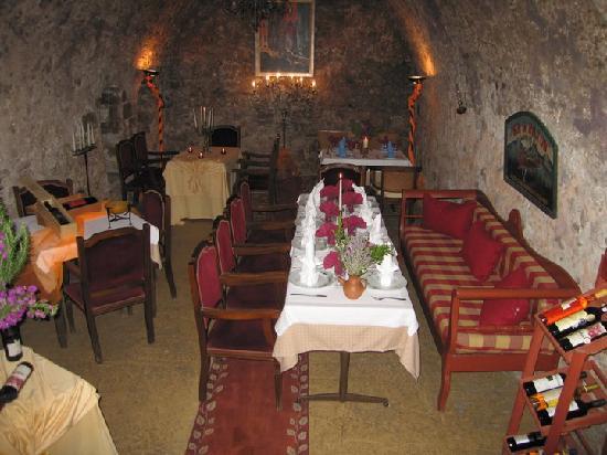 Larenzo Taverna: La Renzo - dining in the secular wine cellar