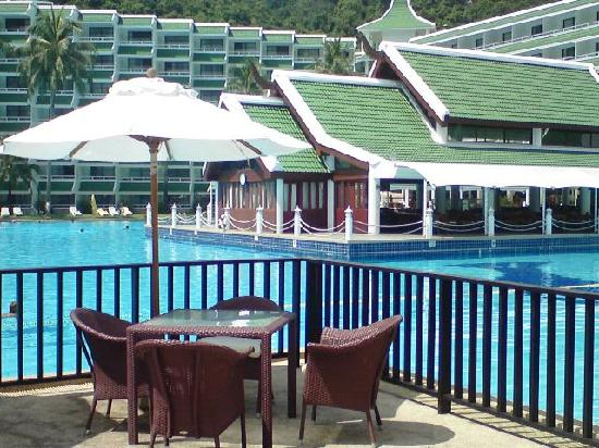 لو ميريديان بوكيت بيتش ريزورت: View over pool and breakfast area