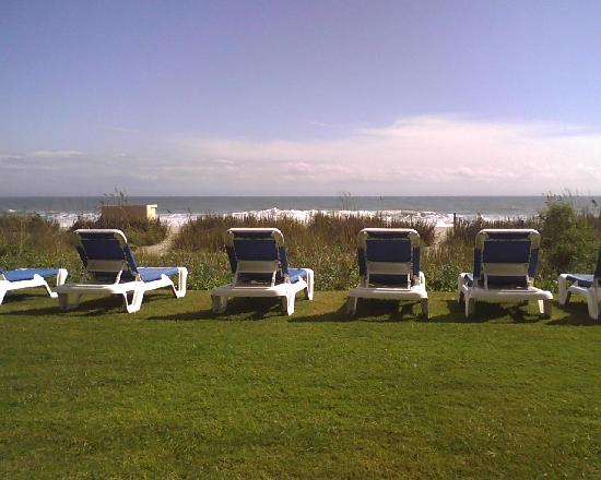 Sandcastle Oceanfront Resort at the Pavilion: A view of the ocean from the lounge chairs!